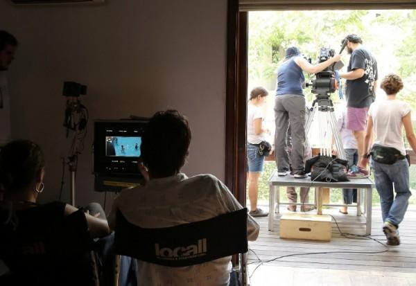 equipe-observa-filmagem-em-piscina-de-mansao-no-morumbi-que-foi-transformada-no-set-do-filme-1392680283194_727x500